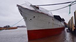 Die Peking, hier am Anleger, wird in der Werft in Weselsfleth saniert © NDR Foto: Peter Bartelt