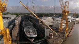 Ein Mast wird auf ein Schiff gesetzt. © NDR