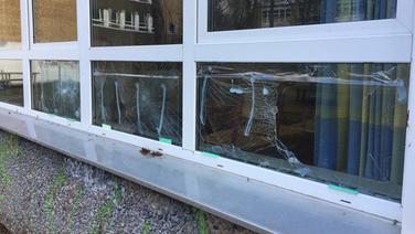 An der Gemeinschaftschule in Preetz sind Fensterscheiben eingeschlagen. | NDR