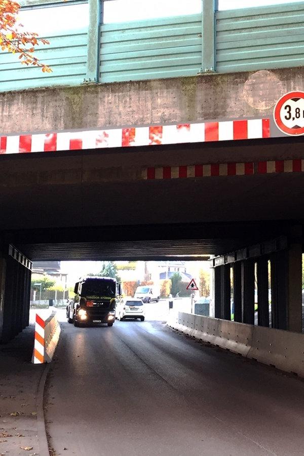 Autobahn-Brücke in Rellingen zu tief für Lkw - NDR.de