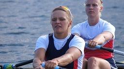Julia Leiding und Frieda Hämmerling sitzen beim Training in einem Ruderboot.