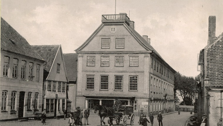 Ein historisches Foto des Rathauses in Schleswig. © Stadtarchiv Schleswig