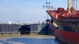 Das beschädigte Schiff liegt vor der deformierten Schleuse. © NDR Fotograf: Hauke Bülow