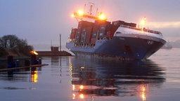 """Der Frachter """"Tina"""" ist auf die Mole der Schleuseninsel aufgefahren. © RAH Fotograf: RAH"""