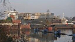 Das Schiff Akacia hat das Schleusentor in Kiel-Holtenau durchbrochen. © NDR Fotograf: Alina Behrendt