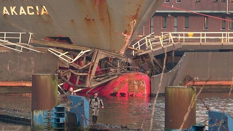 Das Schiff Akacia hat das Schleusentor in Kiel-Holtenau durchbrochen. © dpa-Bildfunk Fotograf: Daniel Friederichs/dpa