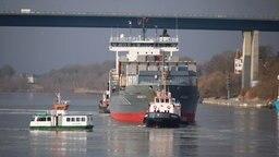 Das Schiff Akacia wird von einem Schlepper gezogen. © NDR Fotograf: Tobias Gellert