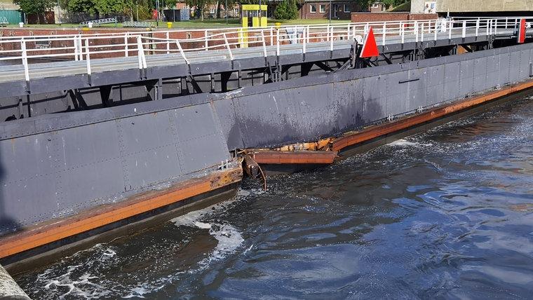"""Eine Stelle im Schlesentor ist nach der Kollision mit dem Frachtschiff """"Else"""" beschädigt. © NDR"""