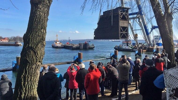 Schwimm-Kran Matador 3 hebt das 1.000 Tonnen schewe Schleusentor aus dem Wasser. © NDR Fotograf: Timo Jahnke