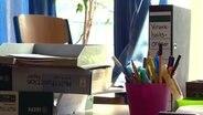 """Ein Ordner mit der Beschriftung """"Krankheits-Ordner"""" steht auf einem Tisch in einem Klassenraum. © NDR"""