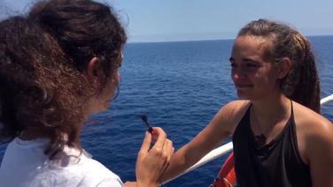 Die Kapitänin des Sea-Watch-Rettungsschiffs Carola Rackete spricht über die aktuelle Lage in einem Interview an Bord des Schiffes. © NDR