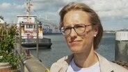 Die Seerechtsexpertin Nele Matz-Lück steht vor der Kieler Förde und gibt ein Interview.