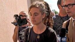 Carola Rackete begleitet von Reportern auf dem Weg zu einer gerichtlichen Anhörung in Agrigent auf Sizilien. © dpa-Bildfunk Foto: Pasquale Claudio Montana Lampo