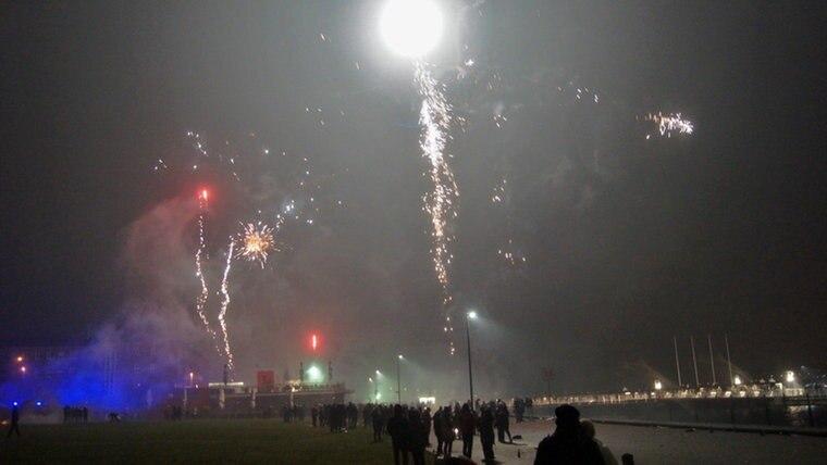 Blick auf das Feuerwerkpanorama über der Kieler Förde © NDR Foto: Constantin Gill