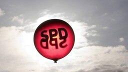 Ein SPD-Luftballon vor dunklem Himmel.  Foto: Thomas Koehler