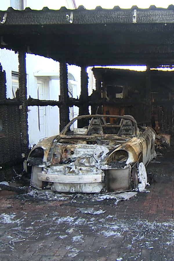 Stockelsdorf: Erneut brennen Carport und Autos - NDR.de