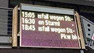 Das elektronische Infoschild am dagebüller Bahnhof zeigt diverse Zugausfälle an. © NDR Foto: Maik Vukan