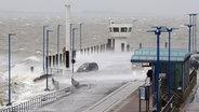 Wasser spritzt bei Sturm auf die Mole des Fähranlegers Dagebüll. © dpa-Bildfunk Foto: Bodo Marks