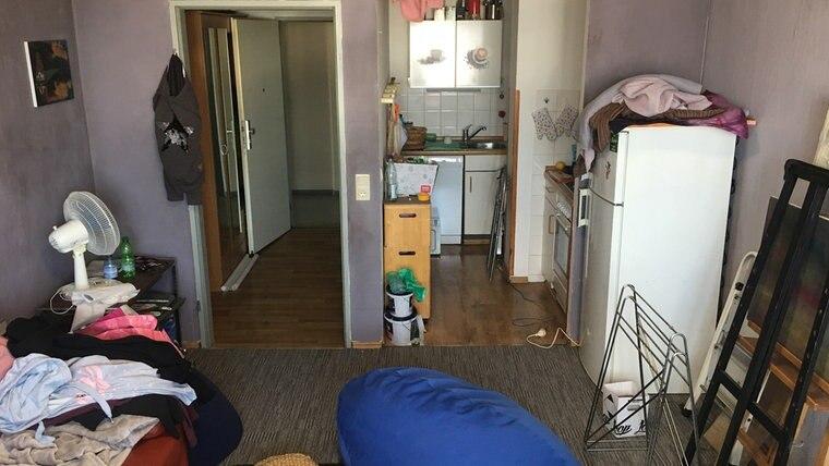 Ein Blick in ein Wohnzimmer mit Küchennische. Foto: Torsten Creutzburg
