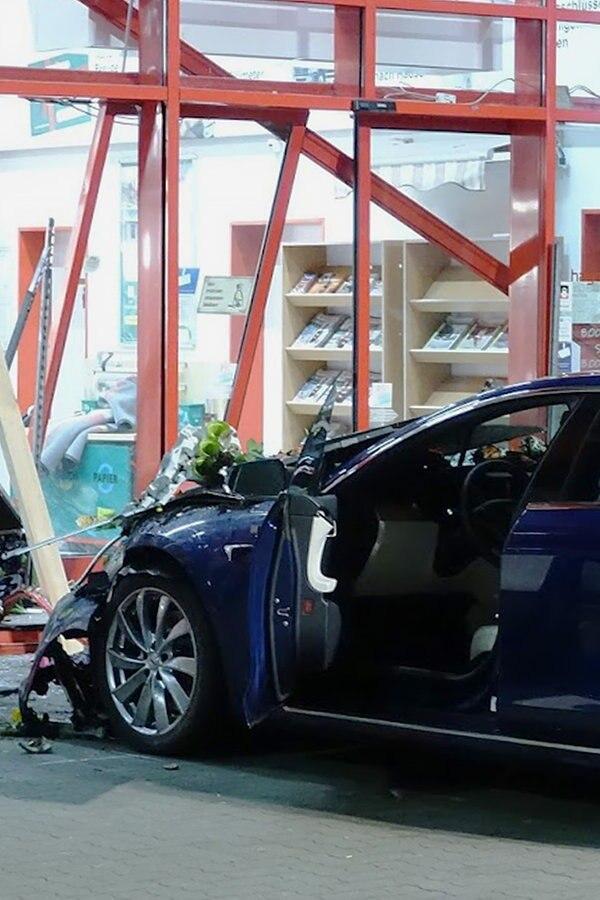 Auto kracht in Baumarkt: Seniorin stirbt