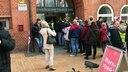 Gruppe streikender Personen aus dem öffentlichen Dienst steht vor dem Gewerkschaftshaus in Kiel für das Streikfrühstück an © NDR Fotograf: Christian Wolf