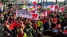 Viele Menschen stehen mit ver.di Transparenten auf dem Bahnhofsvorplatz in Kiel. © NDR Fotograf: Christian Wolf