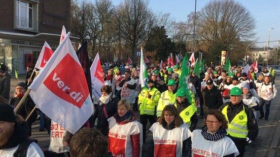 Köln: Mitarbeiter der Unikliniken gehen in NRW auf die Straße