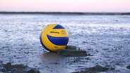 Ein Ball auf dem Wattenmeen in Husum © WattVolleys Fotograf: WattVolleys