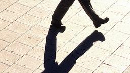 Schatten eines gehenden Mannes © picture-alliance / scanpix Fotograf: Gunnar Smoliansky