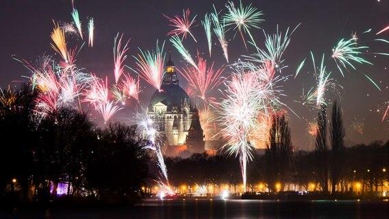 Silvesterfeuerwerk über dem Rathaus von Hannover. © dpa-Bildfunk Fotograf: Julian Stratenschulte
