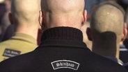 Drei kahlgeschorene Neonazis von hinten © dpa Foto: Bernd Thissen