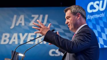 Markus Söder gestikuliert auf einer Wahlveranstaltung zur Bayernwahl 2018 © dpa Foto: Sven Hoppe