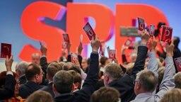 Die Delegierten stimmen am 21.01.2018 beim SPD-Sonderparteitag in Bonn (Nordrhein-Westfalen) ab. © dpa bildfunk Fotograf: Oliver Berg