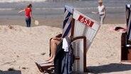 Sonnenbaden in einem Strandkorb auf Norderney © dpa-Bildfunk Foto: Janis Meyer, dpa