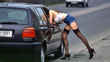 Eine Prostituierte wartet auf der Straße auf Kundschaft © picture alliance Fotograf: Rolf Kremming