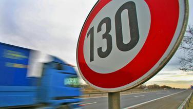 Lastwagen passiert auf einer Autobahn ein Tempo-130-Schild. © dpa Picture Alliance Fotograf: Patrick Pleul