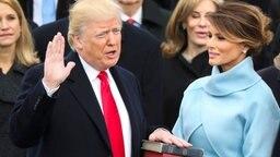 Der scheidende US-Präsident Barack Obama (r.) und seine Frau Michelle begrüßen am 20.01.2017 vor dem Weißen Haus in Washington den künftigen Präsidenten Donald Trump und dessen Frau Melania (2.v.l.). © dpa Bildfunk/AP Fotograf: Andrew Harnik