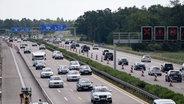 Fahrzeugkolonnen schieben sich Pfingstmontag im Rückreiseverkehr über die Autobahn 7 bei Mellendorf. © dpa Foto: Peter Steffen