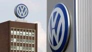 Das Volkswagen-Logo an den VW-Verwaltungsgebäuden in Wolfsburg © dpa - Bildfunk Foto: Rainer Jensen