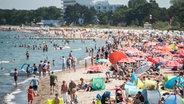 Viele Menschen am Timmendorfer Strand bei Sonnenschein © dpa-Bildfunk Fotograf: Daniel Bockwoldt, dpa
