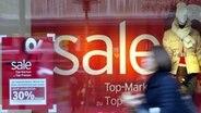 Schild in einem Geschäft weist auf den Winterschlussverkauf hin © dpa Foto: Maurizio Gambarini