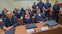 Die Angeklagte Beate Zschäpe sitzt im Gerichtssaal zwischen ihren Anwälten Hermann Borchert (l) und Mathias Grasel (r). © dpa Foto: Peter Kneffe