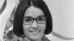"Nana Mouskouri in 1966 © ""Nana Mouskouri 919-2234"" von Nationaal Archief, Den Haag, Rijksfotoarchief: Fotocollectie Algemeen Nederlands Fotopersbureau (ANEFO), CC-BY-SA-3.0-nl"