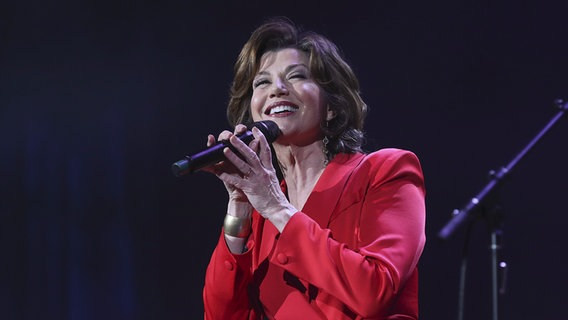 Amy Grant an einem Mikrofon auf der Bühne © Picture alliance / AP Photo /Invision Foto: Al Wagner