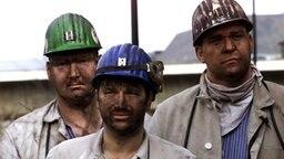 Drei mit Kohlenstaub verschmutzte Bergleute © picture-alliance/dpa Foto: Roland Weihrauch