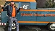 Schüssel-Schorse steht vor Schorsetta © NDR Fotograf: Jessi Schantin