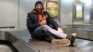 Schüssel-Schorse auf einem Koffer-Rollband am Flughafen Hannover © NDR Fotograf: Andi Gervelmeyer
