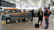 Schüssel-Schorse mit der Schorsetta im Flughafen in Hannover © NDR Fotograf: Jessi Schantin