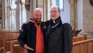 Schüssel-Schorse mit Pfarrer Thilo Wilhelm in der Kirche © NDR Fotograf: Andi Gervelmeyer