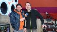 """Schüssel-Schorse mit DJ Oliver Swéd im """"Index"""" in Schüttdorf © NDR Fotograf: Andi Gervelmeyer"""